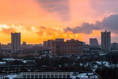 Zima ognisty świt nad miastem Panoramiczny widok nowożytny obszar zamieszkały i błogi niebo w tle zdjęcia royalty free