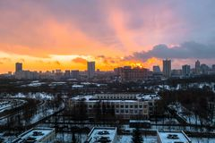 Zima ognisty świt nad miastem Panoramiczny widok nowożytny obszar zamieszkały i błogi niebo w tle zdjęcie stock