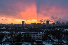 Zima ognisty świt nad miastem Panoramiczny widok nowożytny obszar zamieszkały i błogi niebo w tle obrazy stock