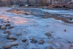 Zima półmrok nad halną rzeką zdjęcia stock
