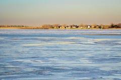 Zima półmrok nad zamarzniętym jeziorem zdjęcia royalty free