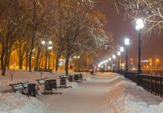 Zima park w wieczór zakrywającym z śniegiem Obrazy Royalty Free