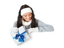 Zima: Patrzeć W dół z Bożenarodzeniowym prezentem fotografia royalty free