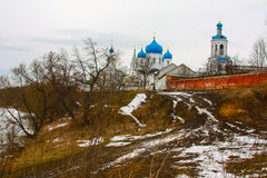 Zima Piękni Ortodoksalni kościół w Rosja, z jaskrawymi błękitnymi kopułami Obraz Stock
