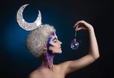Zima portret dziewczyna z kreatywnie makijażem na lekkim tle Purpury - Złocisty Makeup obrazy stock