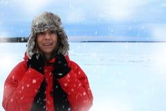 Zima portret kobieta jest ubranym lotnictwo kapelusz owłosioną czerwieni kurtkę i obrazy royalty free