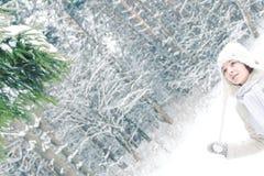 Zima portret młoda dziewczyna stoi blisko świerczyny zdjęcie stock
