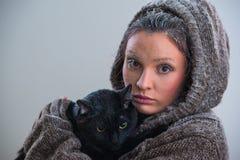 Zima portret młoda miła kobieta trzyma dużego czarnego kota Fotografia Royalty Free