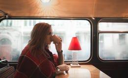 Zima portret piękna kobieta która pije kawę w wygodnym sklepie z kawą zdjęcia royalty free