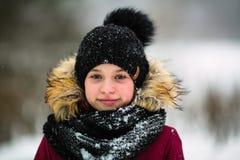 Zima portret szczęśliwa dziewczyna plenerowa troszkę obrazy royalty free