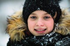Zima portret szczęśliwa dziewczyna w górę troszkę fotografia stock