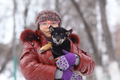 zima portret szczeniak i dziewczyna zdjęcie royalty free