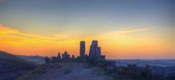 Zima przedświtu panoramy krajobrazu wschód słońca nad grodowymi ruinami obraz stock