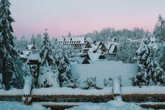 Zima ranek w śnieżnej górskiej wiosce obraz stock