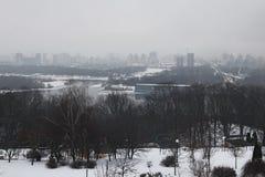 Zima ranek w mieście Budynki chują w mgle na lewym banku Dnipro Krajobraz Kyiv Ukraina Fotografia Stock