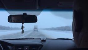 Zima ruchu drogowego auto drogowa miecielica w i udziały śnieg samochód iść na drodze outdoors zdjęcie wideo