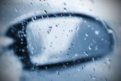 Zima samochód pojęcie zimy samochodowa przejażdżka Odzwierciedla krople na windscreen, zamraża i nawadnia Fotografia Royalty Free