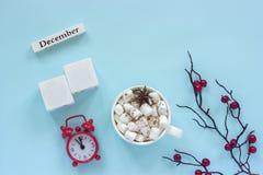 Zima skład Drewniany kalendarzowy Grudzień i sześciany z pustą przestrzenią dla liczby Filiżanka kakao z marshmallow, alarm fotografia stock