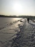 Zima spacer wzdłuż zamarzniętego jeziora Obrazy Stock