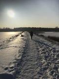 Zima spacer wzdłuż zamarzniętego jeziora Zdjęcia Stock