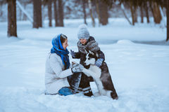 Zima spacer z husky obraz stock