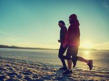 Zima sporta lekcja Sprawno?ci fizycznych aktywni ludzie trenuje biegam outside obrazy stock