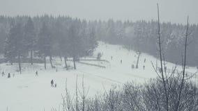 Zima sporty, rekreacyjny tobogganing, narciarstwo, sanie jadą Suma strzelająca narciarski skłon zbiory