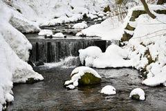 Zima strumień z kamieniami i śniegiem Piękny zimy pojęcie dla zimy i mrozu fotografia royalty free