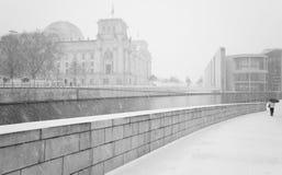 Zima w Berlińskim mieście z odprowadzeń ludźmi i Reichstag budynkiem Zdjęcia Stock