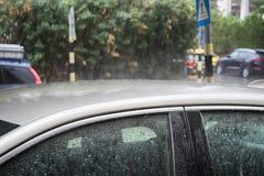 Zima w Izrael: Ulewa, ulewny deszcz zalewa samochody, droga, raindrops na metalu i szkło, zdjęcie stock