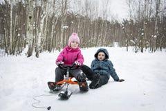 Zima w lasowy dzieci sledding Zdjęcie Royalty Free
