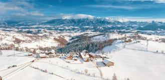 Zima w Rumunia panoramicznym widoku Karpackie góry i tradycyjna wioska Pestera na otręby Przechodzimy obrazy royalty free
