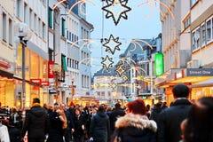 Zima wakacje pośpiech: udziały ludzie patrzeje dla teraźniejszość w robi zakupy terenie Obrazy Stock