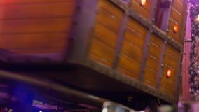 Zima wakacje, przyciąganie pociąg z drewnianymi furgonami jedzie na poręczach z turystycznymi ludźmi zdjęcie wideo