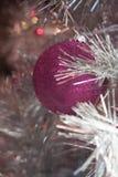 Zima wakacje srebra świecidełka biała choinka z różowym magenta ornamentuje i zaświeca Obrazy Stock