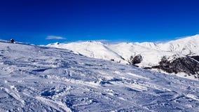 Zima wakacje w Alps górach pod niebieskim niebem Obraz Royalty Free