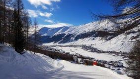 Zima wakacje w Alps górach pod niebieskim niebem Fotografia Stock