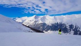 Zima wakacje w Alps górach pod niebieskim niebem Obrazy Royalty Free