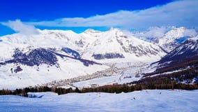 Zima wakacje w Alps górach pod niebieskim niebem Fotografia Royalty Free