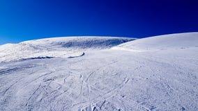 Zima wakacje w Alps górach pod niebieskim niebem Obraz Stock