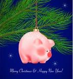 Zima wakacje wystrój Śliczna prosiątko zabawka na faborku na sosny gałąź na zmroku - błękitny tło Realistyczna wektorowa ilustrac zdjęcia royalty free