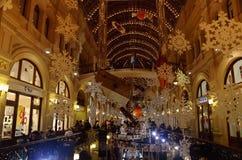 Zima wakacji wnętrze GUMOWY sklep, Moskwa, Rosja Obraz Royalty Free