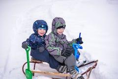 Zima wakacji zabawa Dwa chłopiec wpólnie ono ślizga się na pleasan Zdjęcia Royalty Free