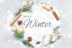 Zima wianku round ramowy skład Jedlinowe gałąź, gwiazdowy anyż, cynamon na pastelowym błękitnym tle obrazy stock