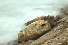 Zima widok śnieżne skały na brzeg lodowaty jezioro i lód fotografia royalty free