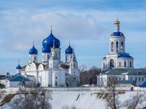Zima widok Architektonicznego zespołu Bogolubsky kobiet Święty monaster w Bogolubovo, zdjęcie royalty free