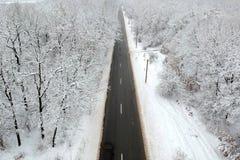 Zima widok droga po środku lasu fotografia stock