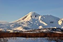 Zima widok erupci Klyuchevskoy aktywny wulkan zdjęcie stock