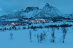 Zima widok Mefjord na Senja wyspie Chmurny półmrok lub noc w górach I Fjords, zima krajobraz, wioska rybacka, Norwegia obrazy royalty free
