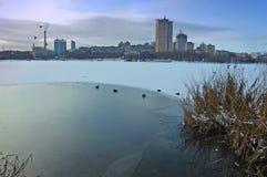 Zima widok na Kalmius rzece w Donetsk, Ukraina obrazy royalty free